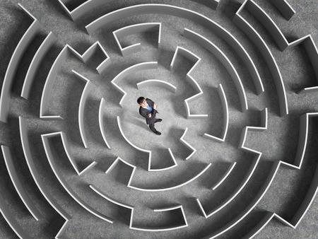 laberinto: Vista desde arriba de hombre de negocios exitoso de pie en el centro del laberinto