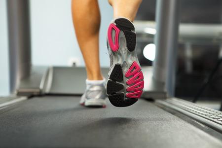 gens courir: Photo du pied f�minin marche sur tapis roulant Banque d'images