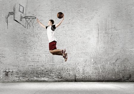 Jonge man basketbal speler gooien bal in de mand