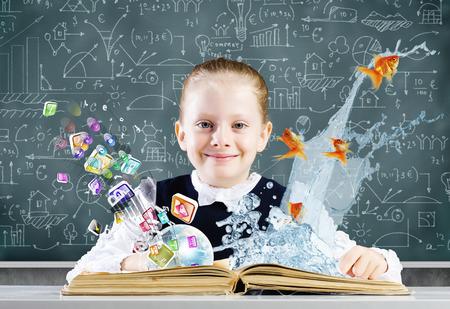 schoolkid search: Colegiala en la lecci�n con el libro abierto contra el fondo boceto