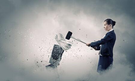 ハンマーでキーボードをクラッシュする怒りの女性実業家 写真素材 - 28414925