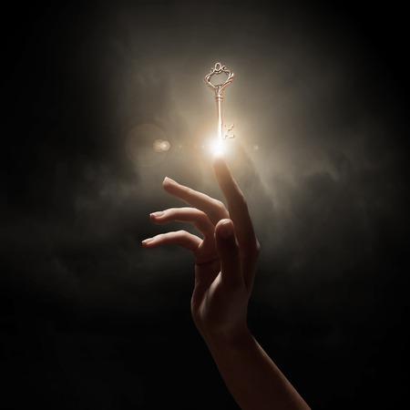 Close-up van de vrouw de hand houden gouden sleutel
