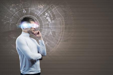 Hombre joven en blanco sobre fondo azul con holograma alrededor de la cabeza