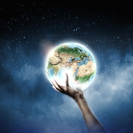 地球惑星を持っている人間の手のクローズ アップ