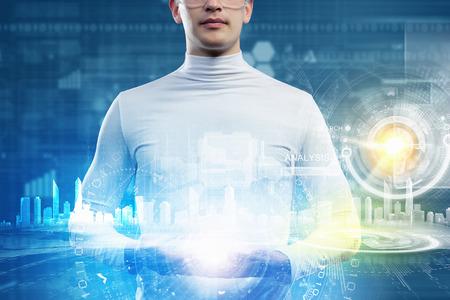holding globe: Uomo che tiene globo in mano concetto futuristico