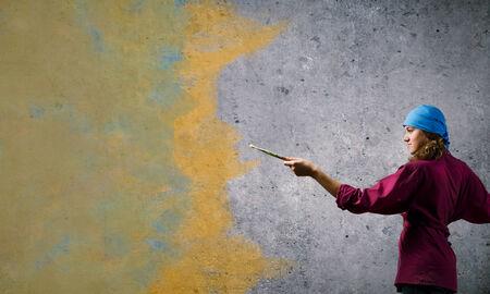 bandana girl: Jeune peintre fille avec une brosse portant bandana