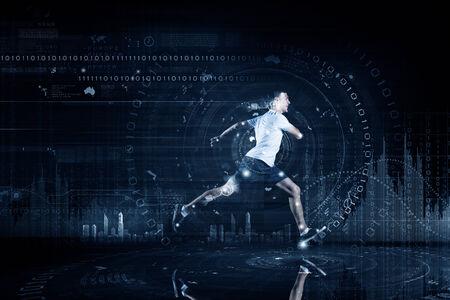 atleta corriendo: Joven hombre corriendo contra el fondo de medios digitales Foto de archivo