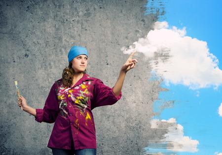 bandana girl: Jeune peintre de fille avec une brosse portant bandana Banque d'images