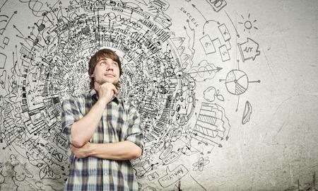 カジュアル思考のアイデア上の思慮深いハンサムな若者