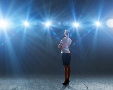 Vue arrière de femme d'affaires debout dans les lumières de scène Banque d'images - 29073563