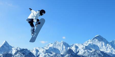 the sky clear: Snowboarder haciendo saltar alto en el cielo claro Foto de archivo