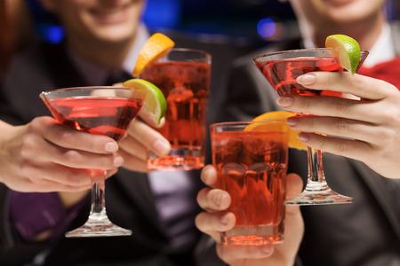 Junge attraktive Menschen von vier mit Cocktail-Party Standard-Bild - 29132654
