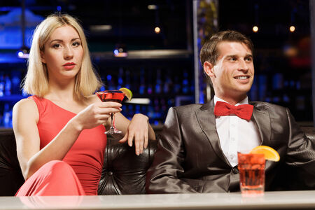 vergezeld: Young handsome man in restaurant accompanied by elegant lady