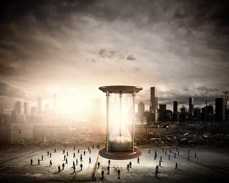 puntualidad: Imagen conceptual con reloj de arena y las siluetas de personas de negocios de todo Foto de archivo