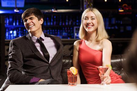vergezeld: Jonge knappe man vergezeld van een elegante dame