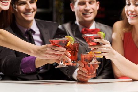 fiesta amigos: Los j�venes atractivos de cuatro que tienen c�ctel Foto de archivo