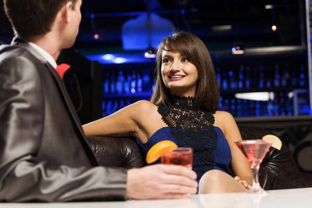 vergezeld: Jonge knappe man in de bar samen met elegante dame Stockfoto