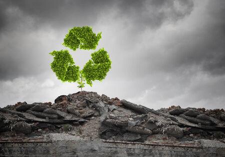 green sign: Immagine concettuale con riciclare segno verde che cresce sulle rovine Archivio Fotografico