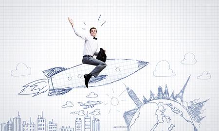 caricaturas de personas: Joven empresario, un vuelo en el cielo en el cohete dibujado Foto de archivo
