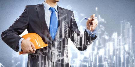 Fiatal férfi mérnök rajz vázlatok építési projekt