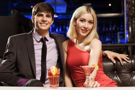 vergezeld: Young handsome man accompanied by elegant lady