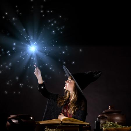 Wenig Halloween-Hexe zaubern Lesen von magische Buch Standard-Bild - 29434470