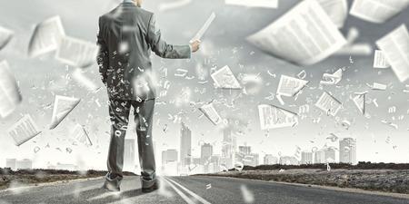 Zakenman onderzoek van documenten in handen Ondertekening contract Stockfoto