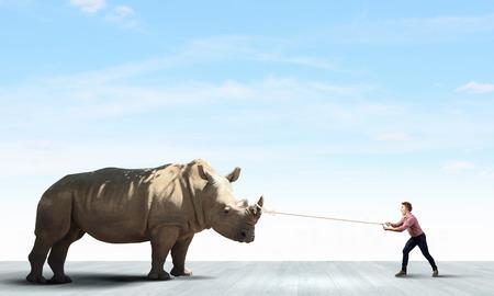 鉛のカジュアルな持株 rhino で若い男