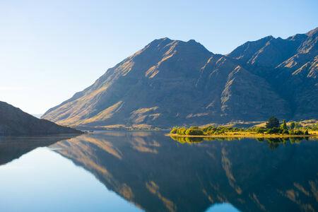 Natuurlijk landschap van Nieuw-Zeeland alpen en meer