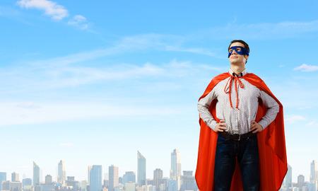 Jonge man draagt superman masker en cape