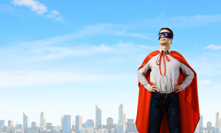 Joven hombre vestido de máscara y capa de Superman