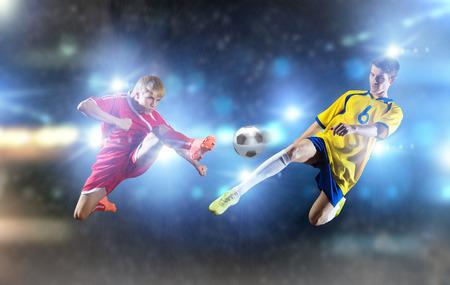 Deux jeunes joueurs de football qui luttent pour la balle
