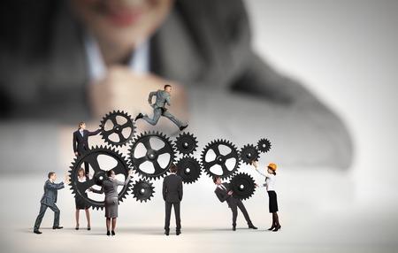 petit homme: Femme d'affaires regardant �quipe de gens d'affaires en miniature