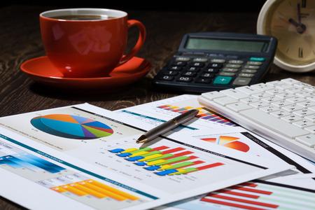 키보드와 직장 커피와 그래프의 컵