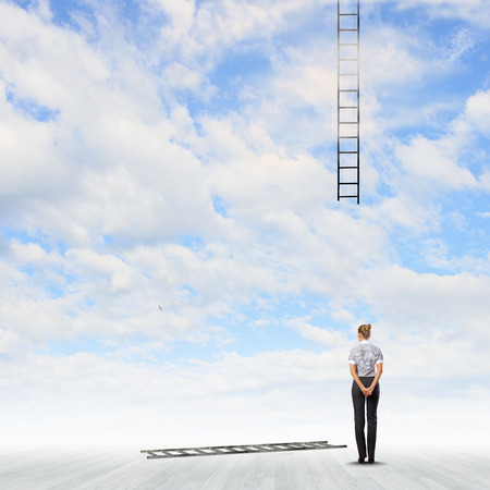 Achter mening van onderneemster die gebroken ladder Stockfoto