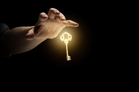 Le due chiavi. 30410133-cierre-de-la-imagen-de-la-persona-de-negocios-que-sostiene-clave-brillando