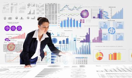 Jonge onderneemster analyseren data-informatie van de markt