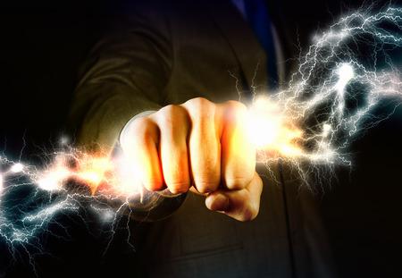 Close-up van zaken man hand die de bliksem in de vuist Stockfoto