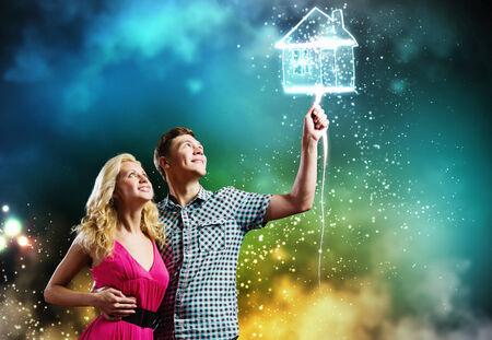 soñando: Joven pareja feliz soñando con el futuro hogar