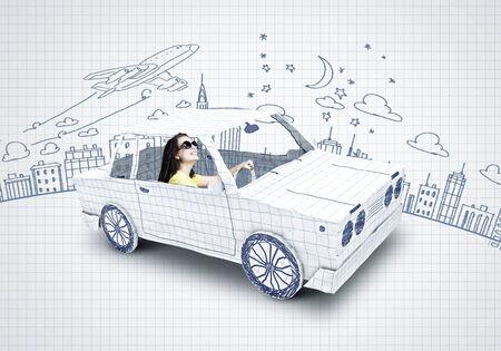 dream car: Mujer joven que monta un coche hecho de la lista de papel