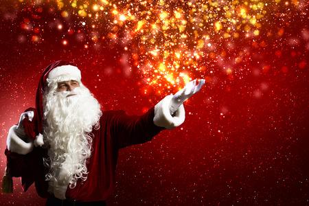 weihnachtsmann lustig: Santa Clause mit Geschenktüte hinter den Schultern