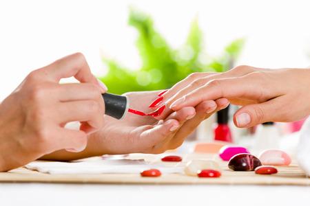 Feche-se de processo de manicure no sal Imagens