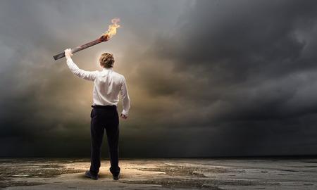 Jeune homme d'affaires exploitation de brûlure torche à la main Banque d'images