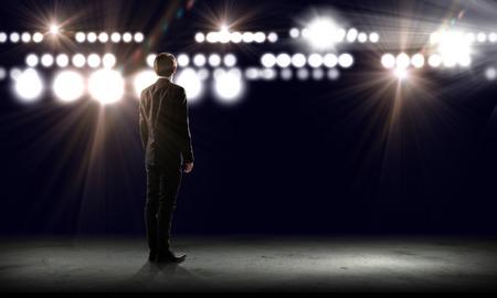 Rückansicht der Geschäftsmann, der Lichter der Bühne