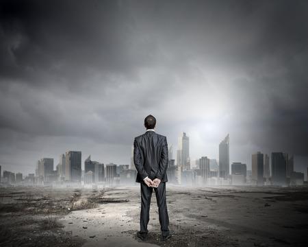 contaminacion aire: vista trasera del hombre de negocios mirando la escena de ciudad contaminada