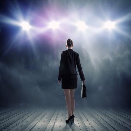 Vue arrière de femme d'affaires debout dans les lumières de scène Banque d'images - 31559840