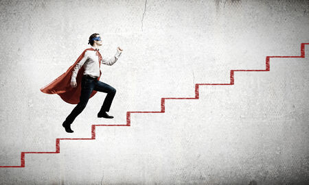 Jonge superman lopen de trap geval