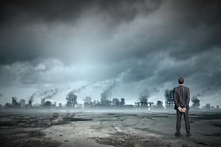 землетрясение: Вид сзади бизнесмен, глядя на руины города