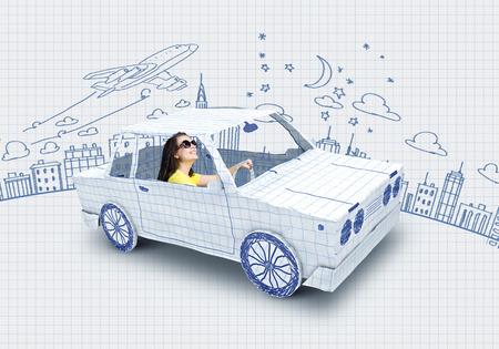 bocetos de personas: Mujer joven que monta un coche hecho de la lista de papel