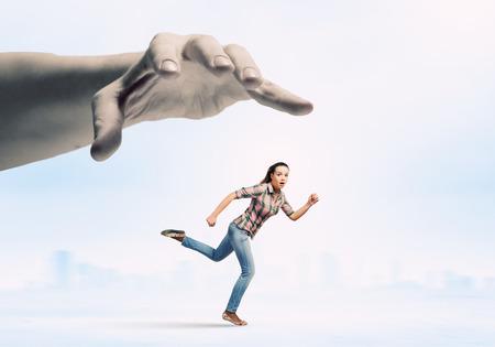 Jonge vrouw in casual weglopen van grote hand